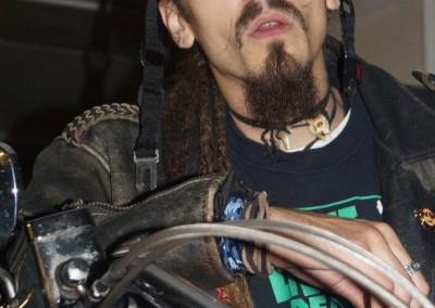 """Biker mit einem """"Glasgow-Smile"""" auf seiner Maschine"""