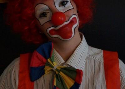 Clownschminke, Perücke und Accessoires bei einem klassischen Clown