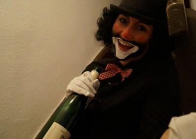 Fröhlich angetrunkener Fellini Clown
