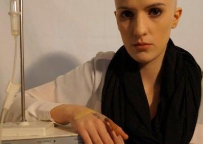 Chemo-Patientin durch eine künstliche Glatze und Krankheitszustand schminken