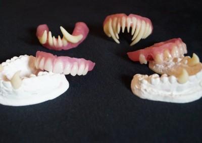Künstliche Gebisse und Vampirzähne