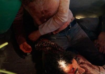 """Trauernde Tochter vor ihrem erschossenen Vater; """"Escaping Damascus"""""""