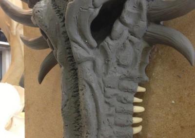 Freie Modellation eines Drachenschädels mit eingesetzten, modellierten Zähnen von links